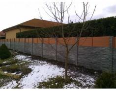 Betonový plot s dřevěnou výplní